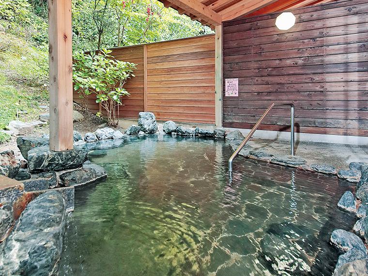 こんこんと注がれる湯をかけ流しで楽しめる露天風呂