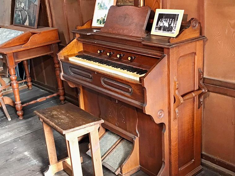 当日は古関裕而が使用したオルガンや直筆の楽譜も展示