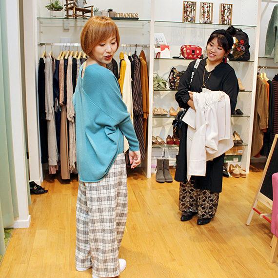 ニットとパンツの形も素敵です。靴は菅野さんの私物