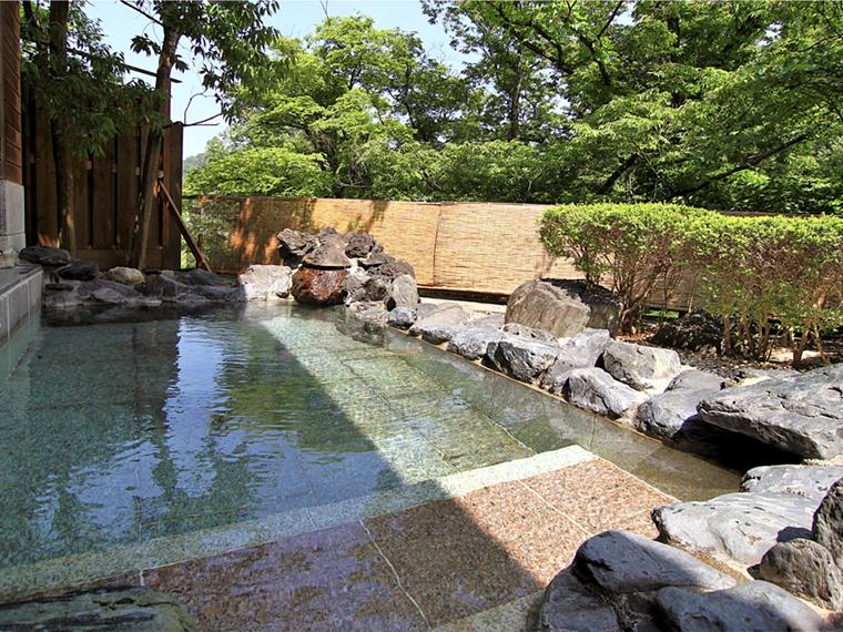 開放感がたまらない「渓泉荘」の男性用露天風呂