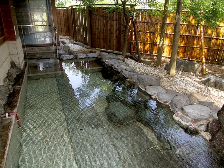 落ち着いた雰囲気の「渓泉荘」の女性用露天風呂