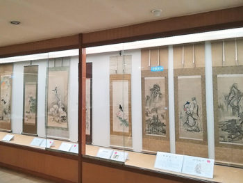 鶴亀や松竹梅などを描いた絵が並ぶ『吉祥画展』を開催
