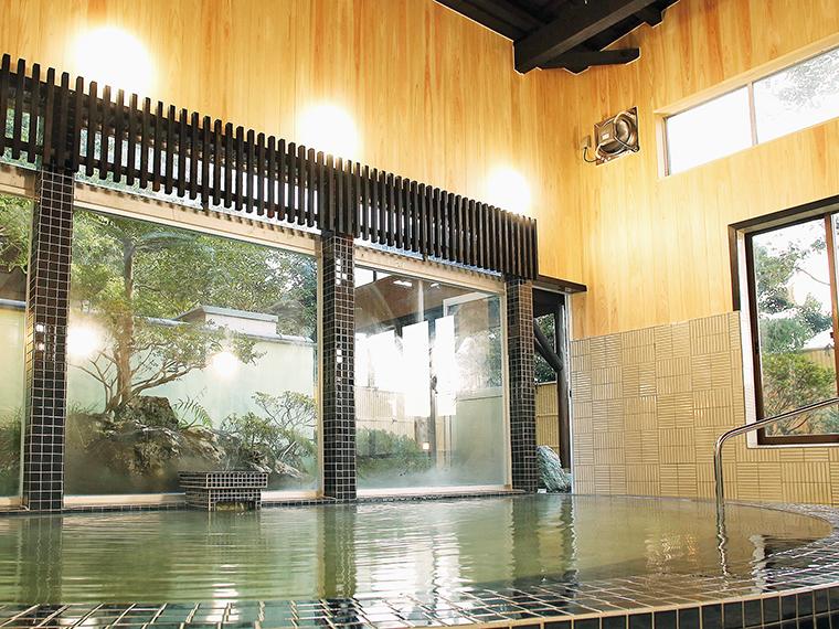 2階浴室の大浴場はモダンな雰囲気。外に岩風呂風の露天がある