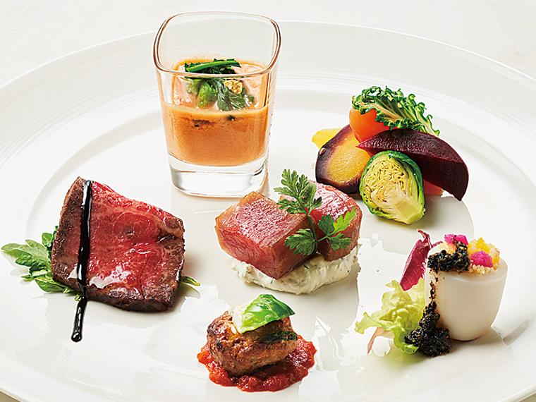 春の前菜盛り合わせ。「かほく野菜」のサラダ、ホタルイカのファルシ、マグロの燻製ほか