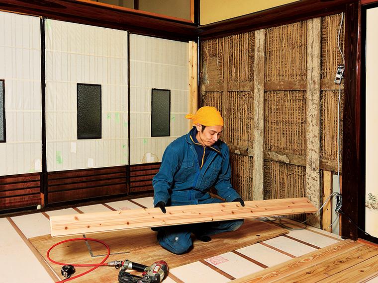 岩波さん一家の住まいは築100年を超える古民家。友紀さんを中心にリノベーションも楽しんでいる
