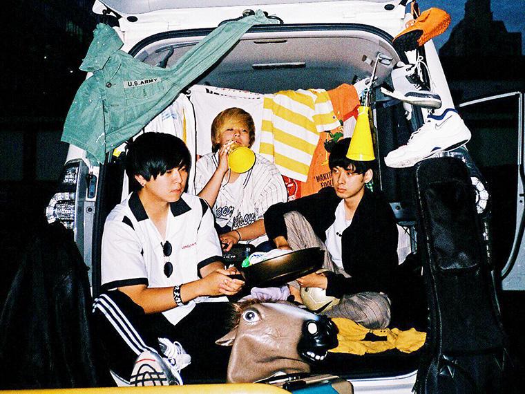 左から、伊藤晃平(Gt&Vo)、タシモリューセー(Ba&Cho)、ジョニー(Dr)