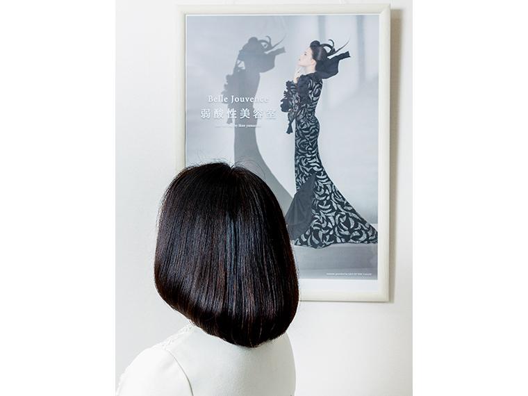 おすすめの「オリジナルドライカット」。すきバサミを使わず、髪を一つまみずつカットすることで、実際に触れてみてもフワッと軽く、指通りの良さに驚く