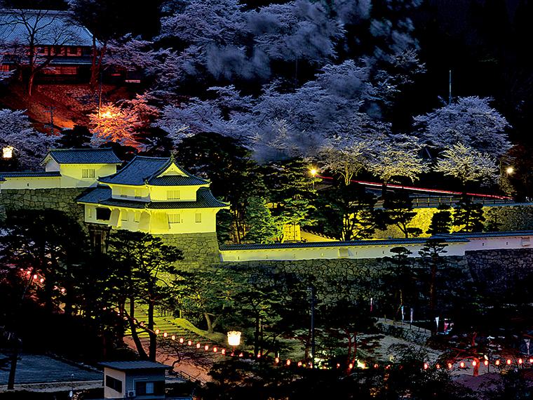 「桜まつり」期間中、ライトアップされる霞ヶ城公園。昼とはまた違う趣に