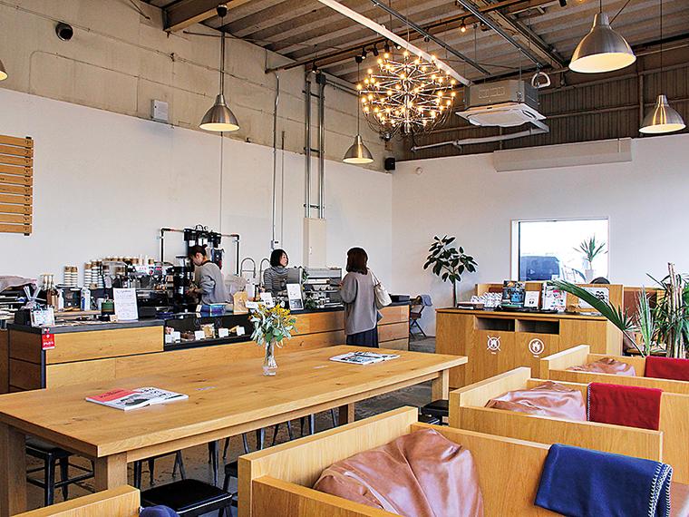 併設するカフェ「FLAT WHITE COFFEE FACTORY」。マンデリンやエチオピアなど豊富なメニューが揃う。おすすめは、「フラットホワイト'98」(419円+税)