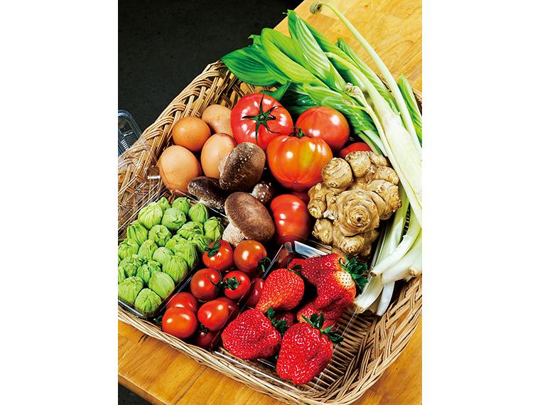 矢祭町特産イチゴのほか旬の野菜が並ぶ直売所「太郎の四季」。ぜひ立ち寄りたいスポットのひとつ
