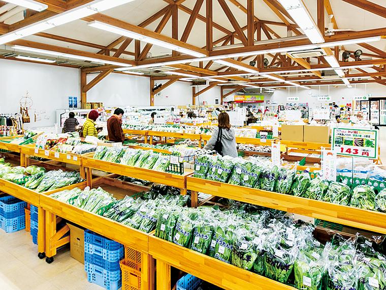 新鮮な農産物が並ぶ直売所「みりょく満点物語」。おいしいミルクソフトが味わえる工房やレストランも併設
