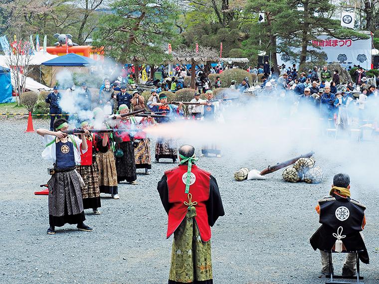 迫力のある「相馬中村藩古式砲術演舞」。火縄銃から火花とともに鳴り響く轟音が、心まで震わせる。これを見に遠方から訪れる人も少なくない