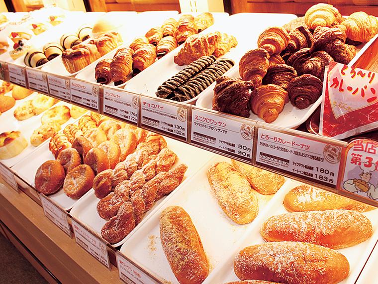 60種以上の焼きたてパンを販売(30円〜)。午後は混み合うので午前に行くのがおすすめ