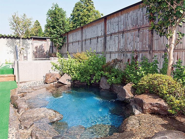 寝湯(写真奥)の隣りには岩風呂がある
