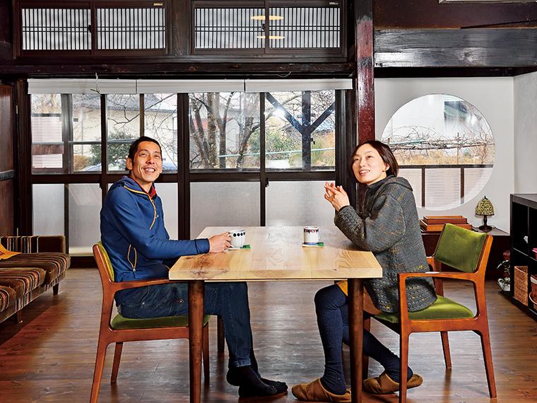 """会津美里町に移住した岩波さんご夫婦。奥さんの聡子さんは福岡県生まれ、夫でカメラマンの友紀さんは長野県出身。「子どもたちに""""ふるさと""""を作ってあげたい」との思いから移住を決めた"""