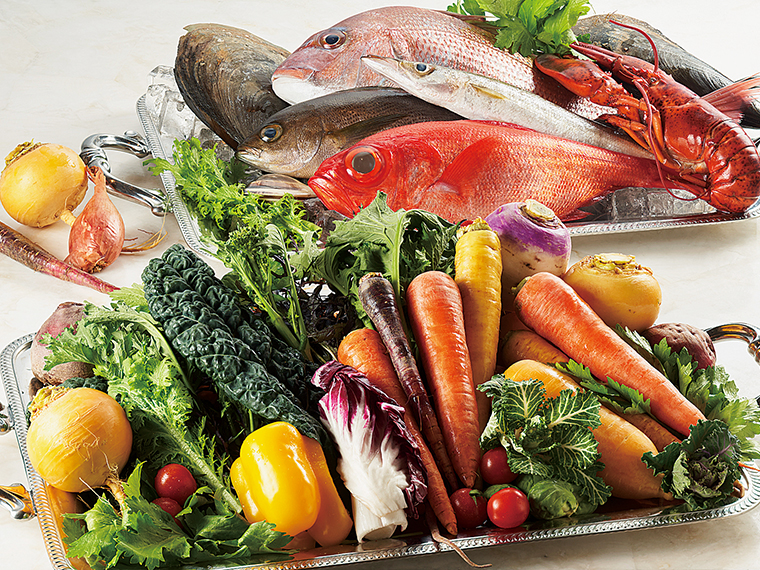 山形県河北町産のイタリア野菜は栄養価が高く色鮮やか。天然のサクラダイなど全国の旬の魚介も料理長が厳選