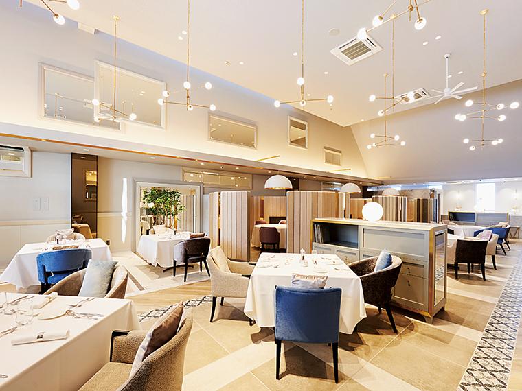 壁面の鏡や上質なインテリアが非日常を演出。ゆったり配されたテーブル席のほか、半個室と完全個室も用意