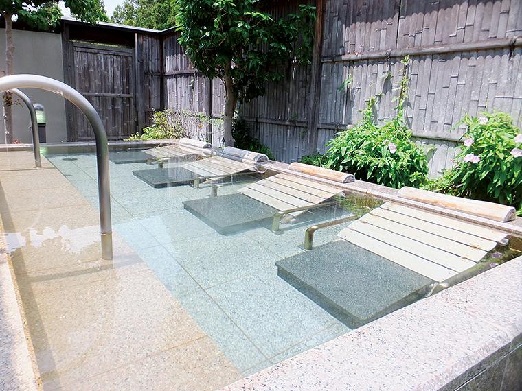 開放感が心地よい露天風呂の寝湯