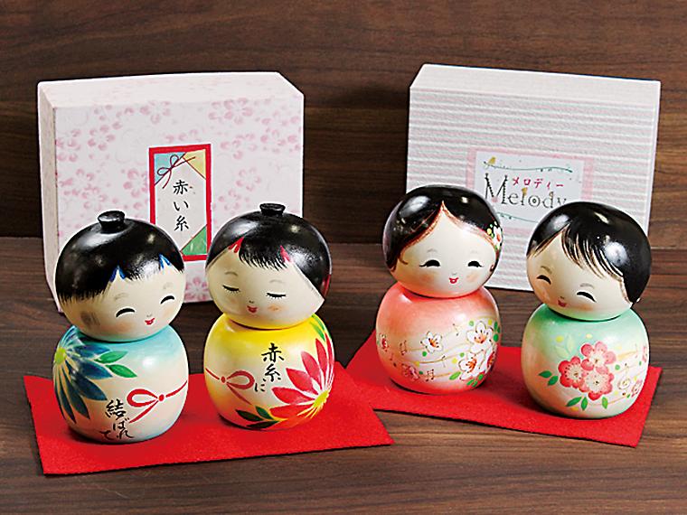 桑折町「香村工芸」が造る、かわいらしいこけし。古関裕而先生・金子さん夫妻をテーマにした「赤い糸」と「メロディア」(各6,600円)