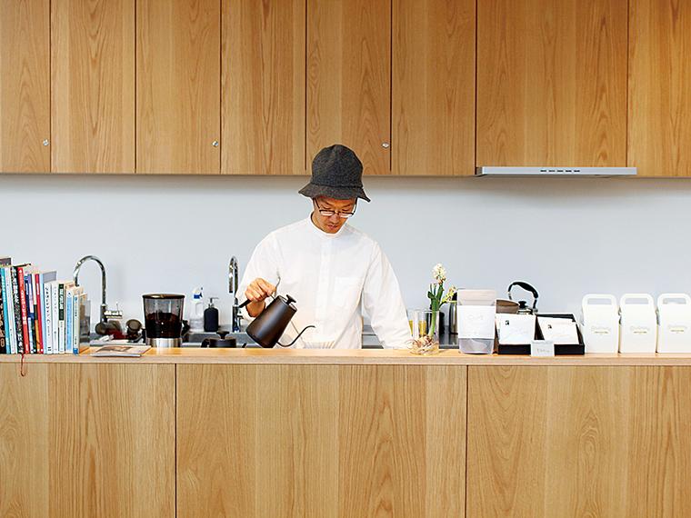 「Ordinary Coffee」では、3~4種類の豆から選べるハンドドリップコーヒー(480円)を販売。フタ付きカップなら、図書エリアへの持ち込みもOK!