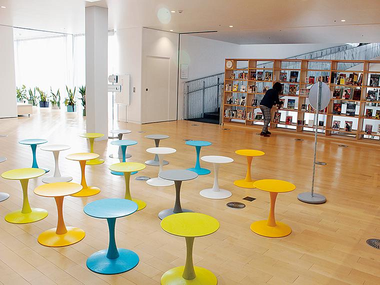 施設内には、休憩スペースがたくさん!開放的な空間でゆっくり過ごそう