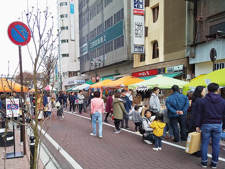 駅前通りを歩行者天国にして行う、華やかな春のイベント。家族や友達と足を運ぼう