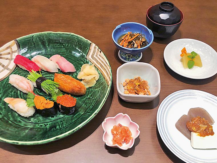 「辰巳」の『エール寿し』(3,080円)。古関さんが好んだという稲荷すしやネギ味噌、紅葉漬け、福島県産食材を取り入れた