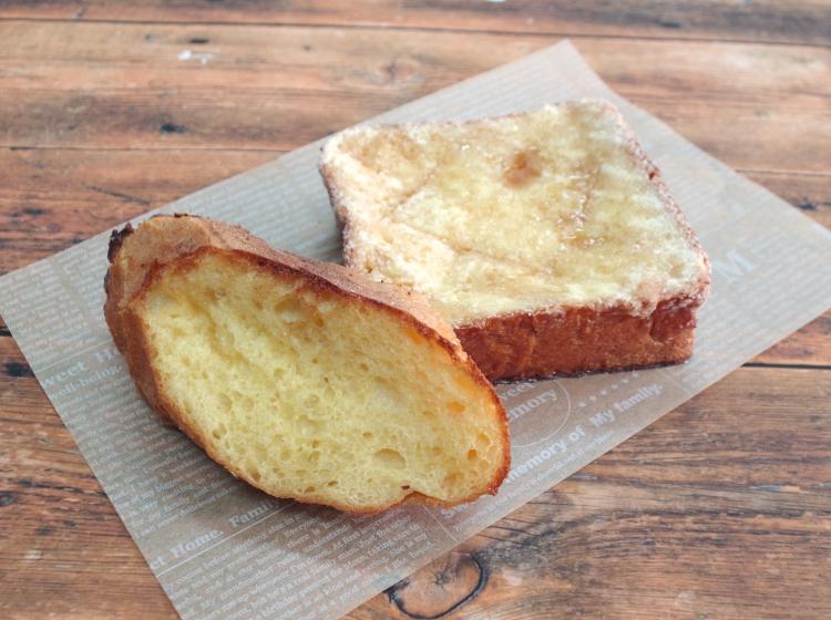 「メープルシュガートースト」には、こだわりの食材で作る『まちなか夢工房』自慢の食パン「夢詰麦」が使われている。また、フレンチトーストには同店のバケットを使用。どちらにするか迷っちゃう!