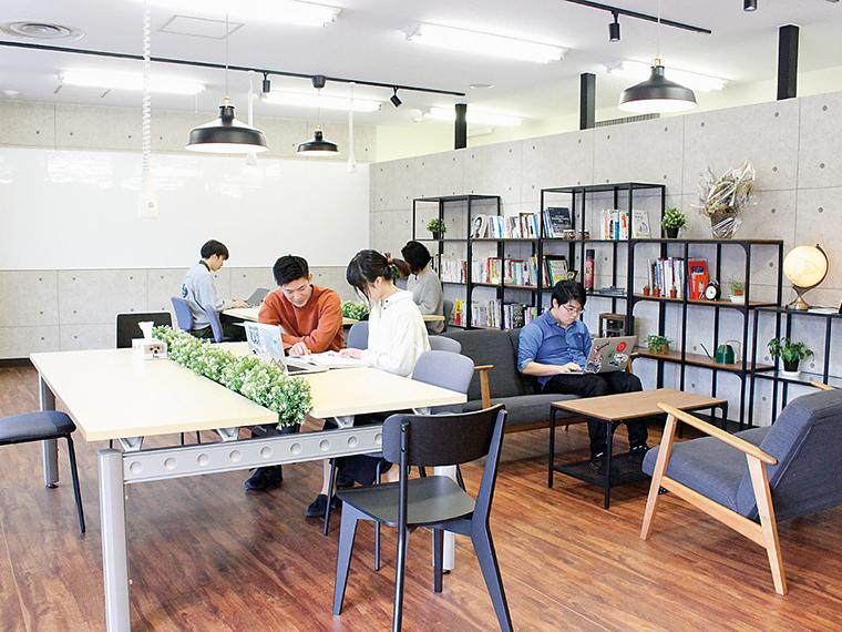 オープンな空間。個人は月額15,000円で利用可(定員30名)