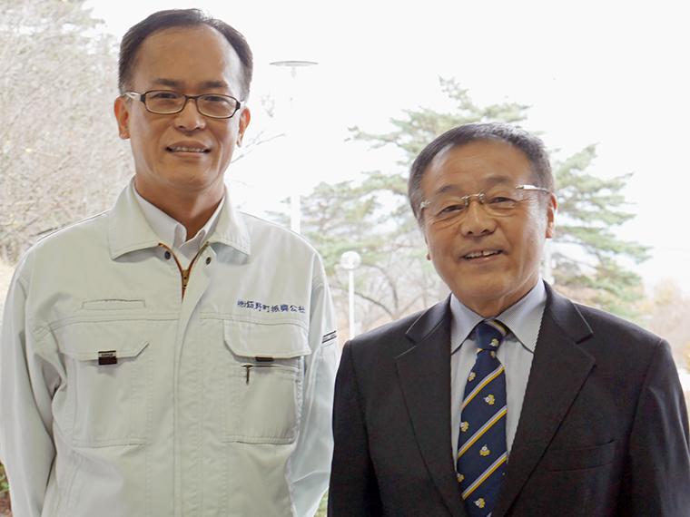 事務局長の菅野利男さん(右)と職員の菊田清司さん。事務局長が身につけている『ゆーたんネクタイ』(3.300 円)は物産館で絶賛販売中