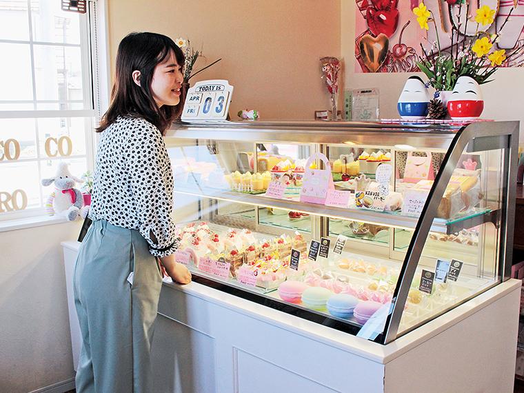 不動の人気を誇る「ミルクレープパーティー」(420円)や、「ぴよこプリン」(280円)など、ショーケースには10種類以上のスイーツが並ぶ