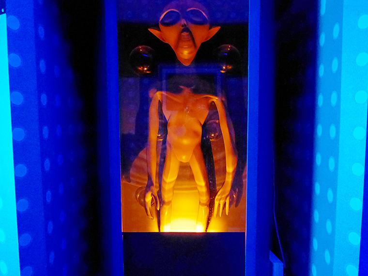 途中、宇宙人たちが暗闇から浮かび上がり歓迎してくれた