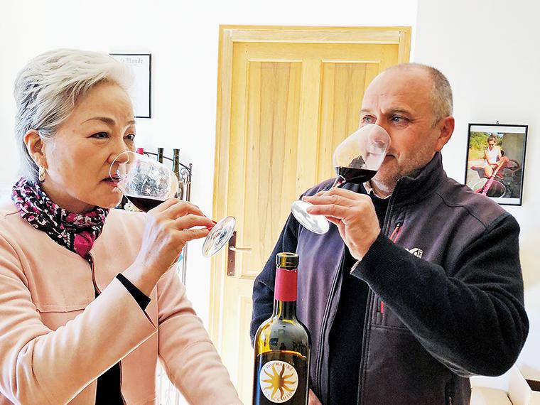 ワインコンシェルジェやソムリエインストラクターの資格を持つテキシドアさん。現地視察で納得したものだけを輸入