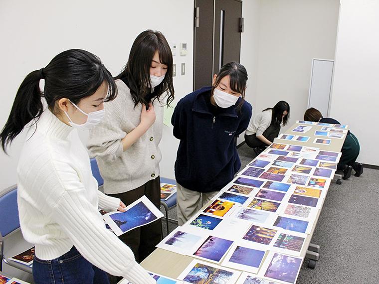3月中旬に行われた一次選考会には、CJ学生編集部も参加!悩みながらも候補写真を選んだ