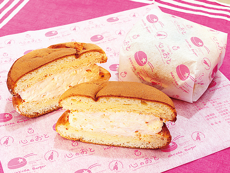 「角田バーガー」(200円)。クリームチーズを練り込んだふわふわ生地に、カスタードをサンド