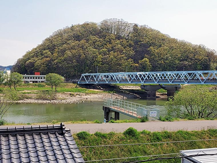 福島県庁から直線距離で約1km。実はかなり市街地に近い弁天山。手前を流れる阿武隈川とのワンセットの風景で、多くの福島人の脳裏にインプットされています