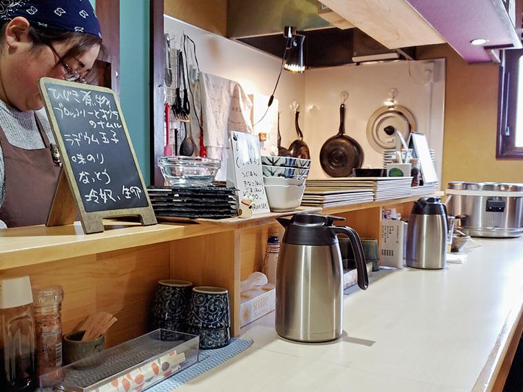 きれいな店内は清潔感があって気持ちがいいですね。選べる小鉢は黒板に
