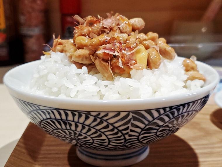 カツオ節入りの納豆をご飯に載せたら、冠雪の吾妻山のような美しい風景