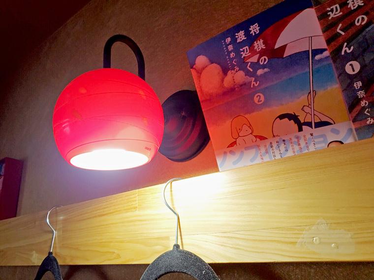 店内の鴨井には気になる漫画も。印象的なランプシェードとともにワクワク