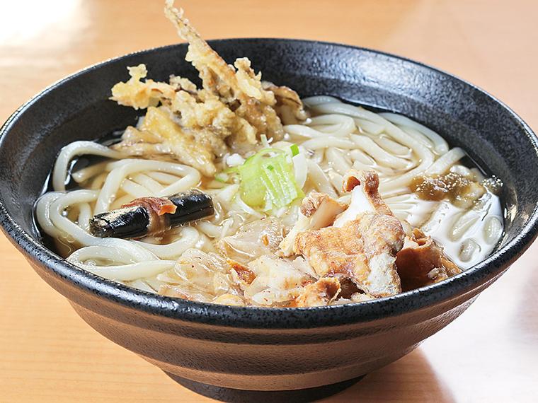 カツオダシのスープに油かすが徐々に溶け、味変も楽しめる