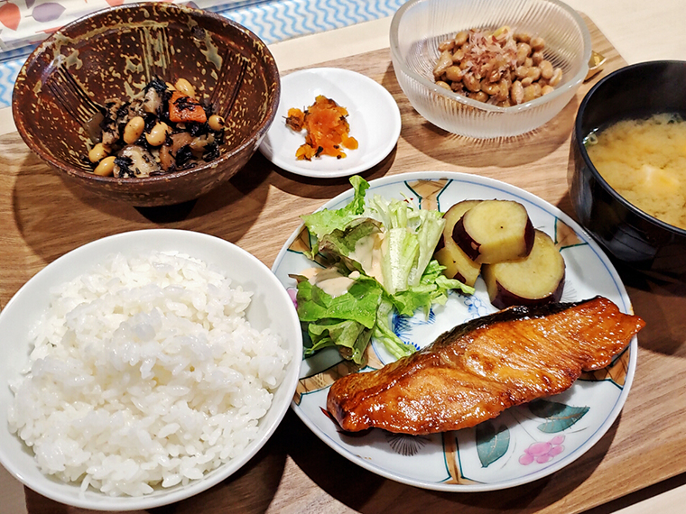 本日のAランチは「鮭のバターしょうゆ焼」(800円)。食材や盛り付け、器も華やか