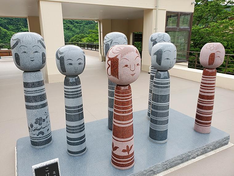 土湯温泉観光交流センター「湯愛舞台(ゆめぶたい)」にある、こけし工人7名によるこけしのモニュメント。それぞれ違いはあるものの、いずれも土湯こけしの特徴を押さえてあります