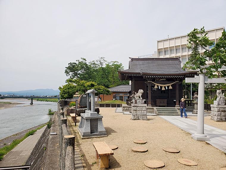 板倉神社と阿武隈川。実は神社の境内には、古関裕而ゆかりのモノがあります。ぜひ、足を運んで見つけてね!