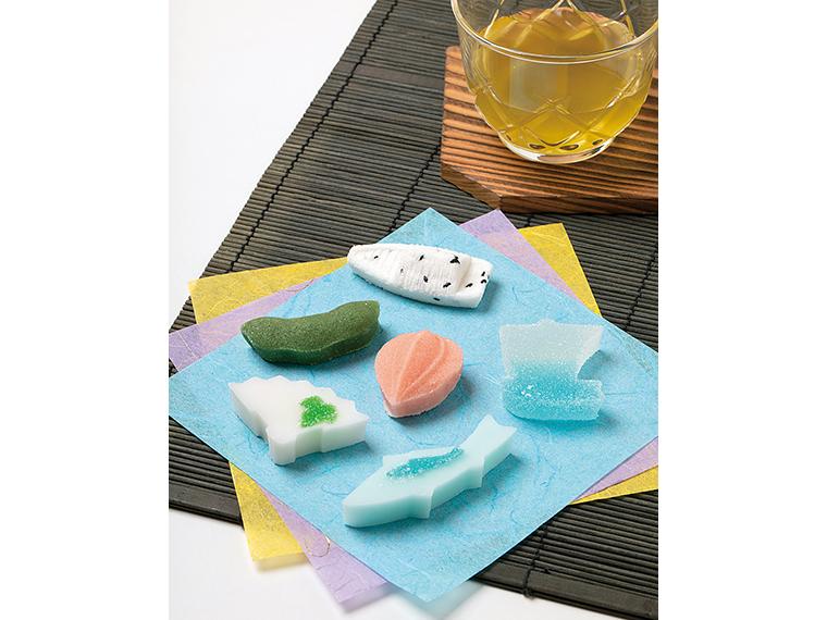 四季折々の花や魚を表現する「江戸重番菓子」(1個88円)