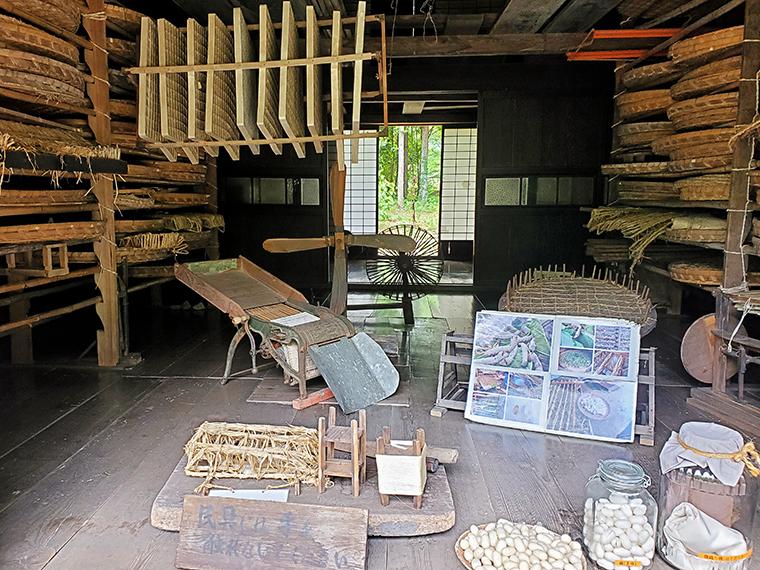 民家園内で撮影した、養蚕農家だった古民家の内部。こんなに立派な養蚕道具が揃っているのに、なぜ撮影に使ってくれなかったの?