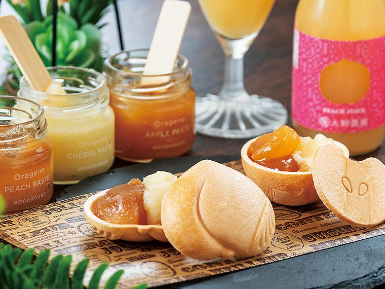 「ピーチモナカ」と「アップルモナカ」。果樹を栽培する『大野農園』製造のお菓子。果物をかたどったモナカの皮と、フルーツあんが入ったかわいらしい小瓶が付く