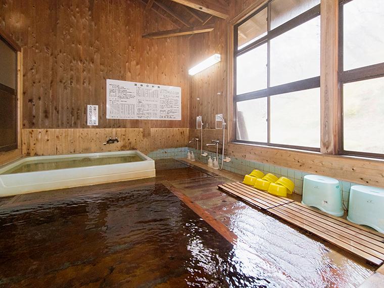 奥にある浴槽が源泉を沸かした加温泉