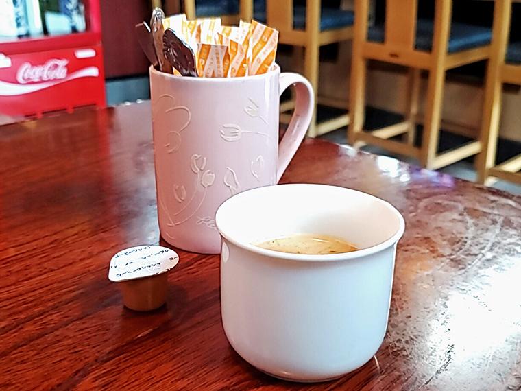 砂糖とミルクとやさしさが添えられたコーヒーで優雅なアディショナルタイムを