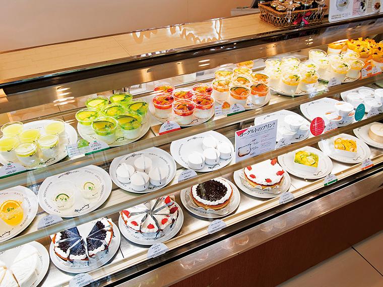 店内には季節の果物を合わせたヨーグルトや、ヨーグルトを用いたケーキ・焼菓子が並び、どれにしようか迷ってしまう。手土産やお使い物に、もちろん自分用にと買い求める人も多い