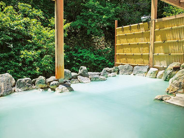 石造りの露天風呂「せせらぎの湯」